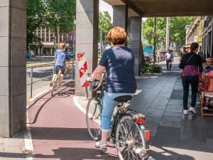 An vielen Stellen in Köln ist die Radverkehrsführung eng, unübersichtlich und gefährlich. Neumarkt/Hahnenstraße, Köln-Altstadt Foto: Daniel Ullrich