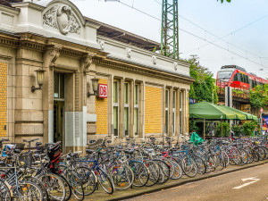 Leider sind die Fahrradabstellflächen an Bahnhöfen und Straßenbahnstationen meist deutlich zu klein, ungeschützt und ungepflegt. Bahnhof West, Neustadt-Nord Foto: Gregor Theis