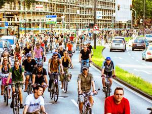 """""""Wir stören nicht den Verkehr– wir sind der Verkehr"""" unter diesem Motto erobern sich die RadfahrerInnen der Critical Mass jeden letzten Freitag im Monat einen Teil der Straße zurück. Foto: Paul Hense"""