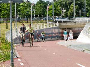Insbesondere Städte in den Niederlanden und Dänemark zeigen, dass es auch anders geht. Radschnellweg in Zwolle (Niederlande). Foto: Ulrich Kalle