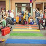 Menschen überqueren einen Zebrastreifen, der in Regenbogenfarben angemalt wurde