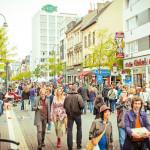 Besucher auf der Venloer Straße am Tag des guten Lebens 2013 in Ehrenfeld. Foto: Maren Wirths