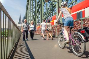 Verkehrsmix auf der Hohenzollernbrücke. Foto: Daniel Ullrich Download: 3,0 MB