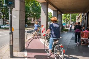 An vielen Stellen in Köln ist die Radverkehrsführung eng, unübersichtlich und gefährlich, Neumarkt/Hahnenstraße, Köln-Altstadt. Foto: Daniel Ullrich Download: 3,5 MB