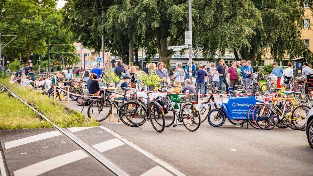 Autofreies Picknick auf der Zülpicher Straße Foto: Gregor Theis