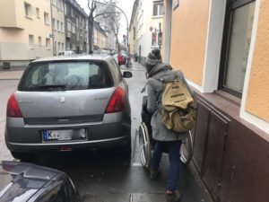 Rullstuhlfahrer auf einem blockierten Gehweg